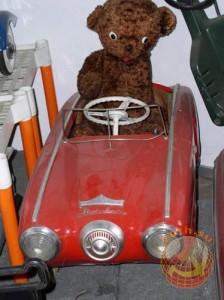 Красная детская машина с педалями