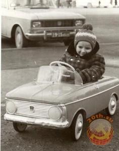 Мальчик в детской машине