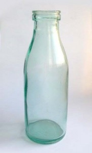 Стеклянная бутылка из под молока, кефира, сливок