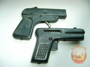 Жестяные пистолеты. Верхний стрелял пистонами