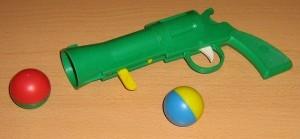 Стреляет шариками