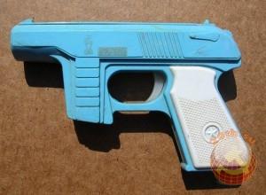 Стреляет круглыми дисками, которые заправляются в сам пистолет