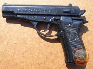 А это уже более современный пистолет. Стреляет маленькими шариками. Один из первых пистолетов, который появился в 90-х в нашей стране, стреляющий шариками