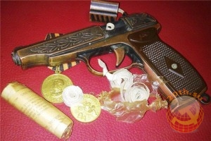 Пистолет, рядом же пистоны к нему в упаковке