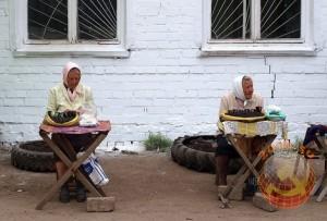 Бабки, торгующие жареными семечками