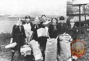 Советские школьники собирают макулатуру