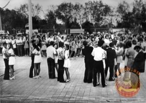 На танцплощадке советская молодежь