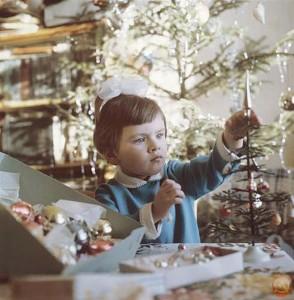 девоча украшает елку