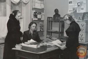 Библиотекарь в советской библиотеке