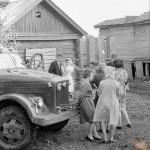 В советских деревнях молодожены ездили на грузовиках