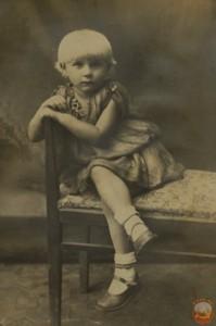 Фото девочки на стуле 30-е годы 20 ст.