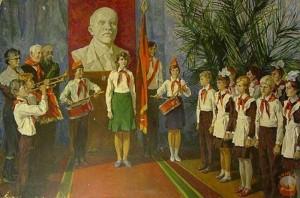 у бюста Ленина